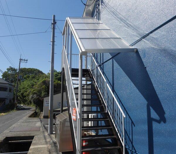 集合住宅の階段テラス屋根&防風パネル設置