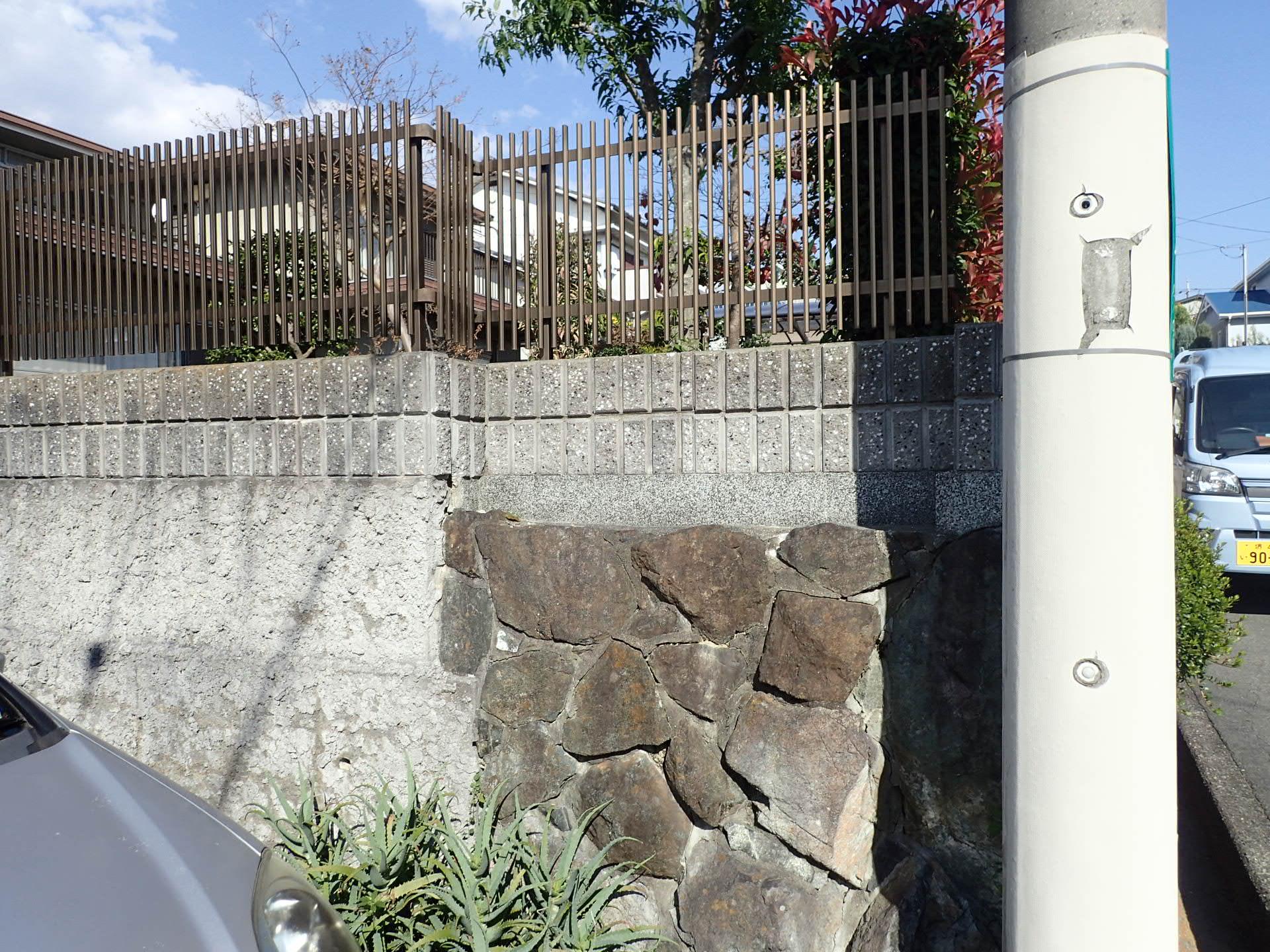 石垣の上に積んだブロック塀の改修工事