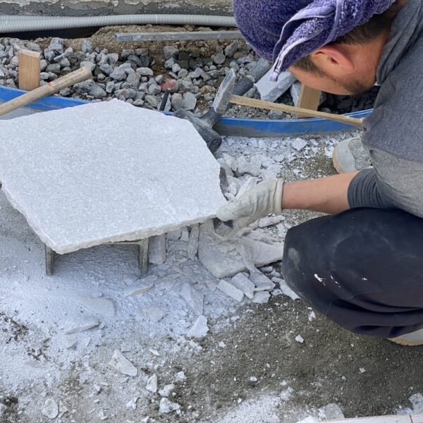 乱形石手割り作業